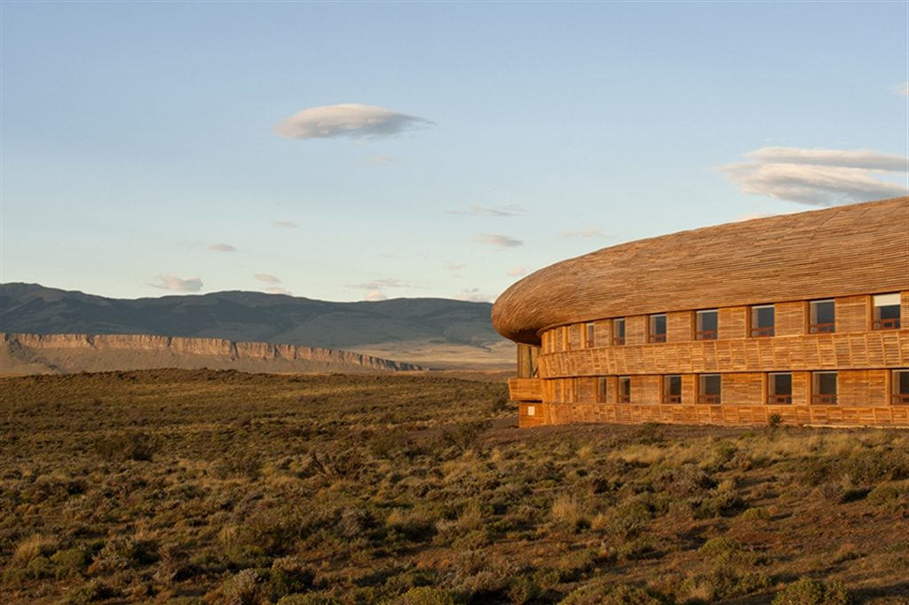 #1 Best Patagonian Lodges : The exterior of Tierra Pategonia with mountians in the backdrop