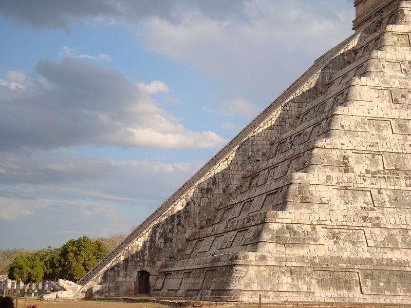ancient mayan ruin chichen itza stairs